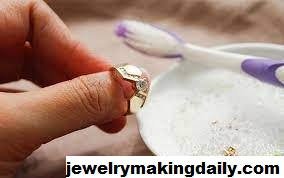 Tips Membersihkan Perhiasan Emas dan Perak dengan Sabun Cuci Piring